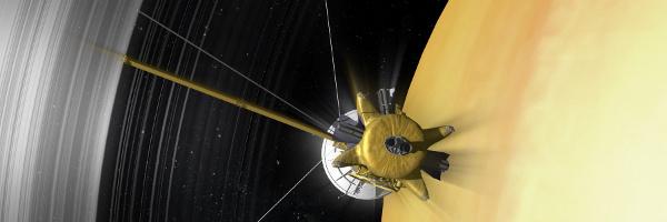 Eine Raumsonde bewegt sich schnell auf den scheinbar engen Raum zwischen Saturn und der inneren Kante seiner Ringe zu.