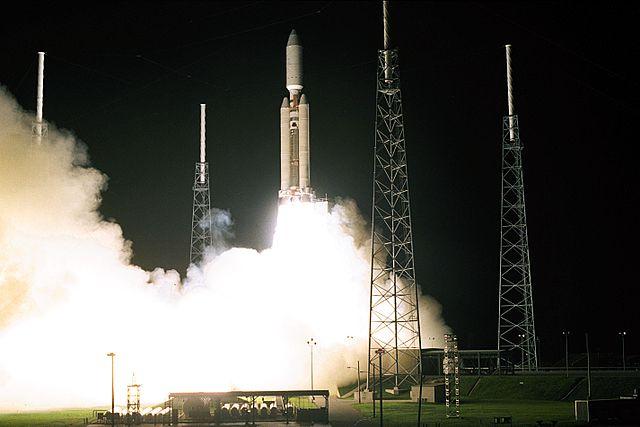 Der Start einer großen Rakete bei Nacht.